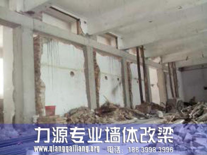 一栋建筑物的基本建筑构件一般是有六大部分组成。分别是:基础、墙体(或者柱子)、楼梯、屋顶、门窗等。夹山改梁一般的基础是房屋建筑的最重要组成部分,也是房屋建筑的墙体或者是柱子被埋入地下的部分,所以它一般位于最下方,作用在土上并埋入地下,用来支撑整个房屋的全部承载力,并将受力传给地基,称为基础。基础类型有两种:第一种是按照材料和受力的特点分为刚性基础和柔性基础。刚性基础指的是由砖石、素混凝土、灰土等硬性材料制作的基础,这种基础抗压强度高,抗拉、抗剪强度低。柔性基础指的是由钢筋混凝土材料制成的基础,称为柔性基础